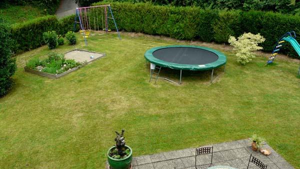 L'aire de jeu extérieure avec le trampoline